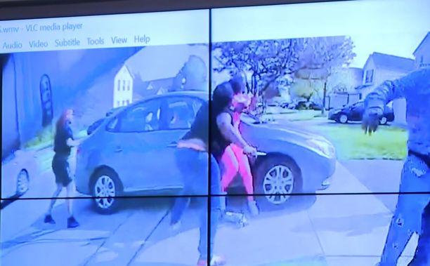Poliisin haalarikameravideon mukaan näyttää siltä, että etualalla oleva tyttö uhkaa puukolla toista.