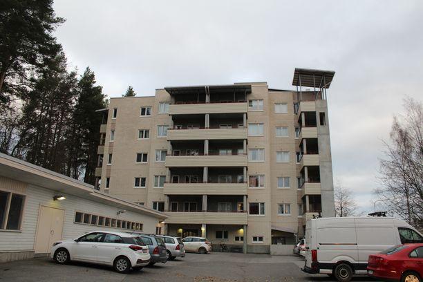 Mies surmattiin kuvassa näkyvässä kerrostalossa Jyväskylän Kuokkalan kaupunginosassa.