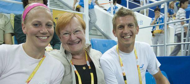 Tarja Halonen seurasi uimahyppykisaa Anu ja Jarkko Niemisen seurassa.