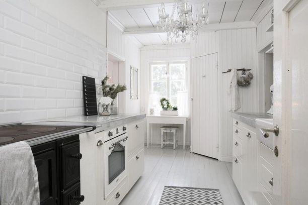 Betonitasot näyttävät hyvältä tässä maalaisromanttisessa keittiössä.