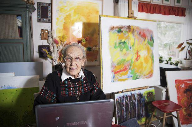 95-vuotiaan graafikon Helmiriitta Honkasen elämässä tärkeintä ovat läheiset ja hyvät ihmissuhteet. Maalaaminen pitää mielen virkeänä. Tauluja valmistuu lähes joka päivä. Facebookin kautta Honkanen tavoittaa muut terveellisen ruuan ystävät ja rakkaan kesänviettopaikkansa Vääksyn tuttavat.