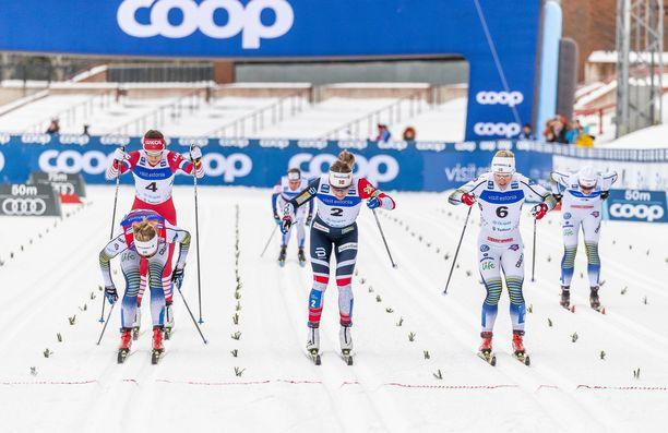Stina Nilsson (vasemmalla) kamppaili Otepään sprintin välierässä maaliviivalla ja teki kohtalokkaan venytyksen.