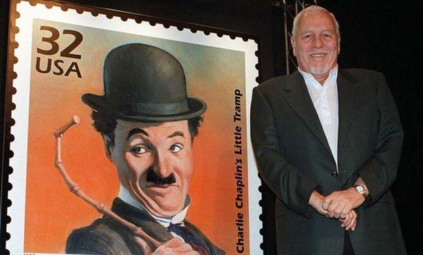 Charlie Chaplinin poika Cydney Chaplin isänsä työtä kunnioittavan postimerkin julkistamistilaisuudessa vuonna 1998.