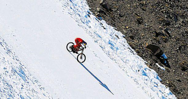 <font color=red><b>TEHKÄÄ PERÄSSÄ </b></font>Itävaltalainen Markus Stöckl kiisi alas 210 kilometrin tuntivauhtia chileläisen vuoren päältä ja rikkoi kirkkaasti aiemman maastopyöräilyn nopeusennätyksen.