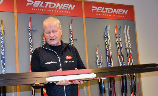 Peltosen tallipäällikkö Asko Lahdelma esittelee karvapohjasuksia. Punapohjainen väline on kilpakäyttöön suunniteltu väline ja valkopohjainen harrastekäyttöön. Peltosen markkinaosuus kaikissa Suomessa myytävistä suksista on noin kolmannes.