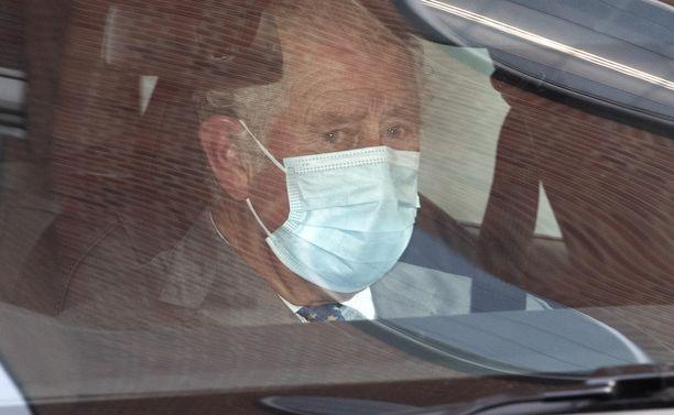 Prinssi Charles autossa matkalla sairaalalle.