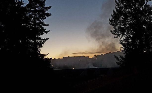 Lukija kuvasi paloa lauantaina illalla ennen puolta yötä.