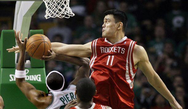 Houstonin kiinalaisjätti Yao Ming nakutti 26 pinnaa.