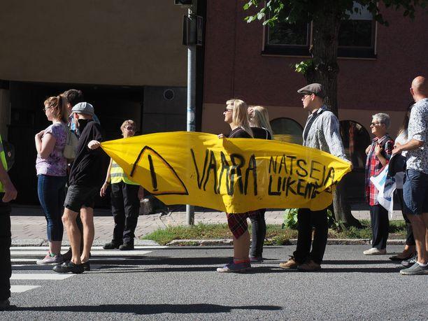 Vastamielenosoittajat kantoivat erilaisia kylttejä ja banderolleja.