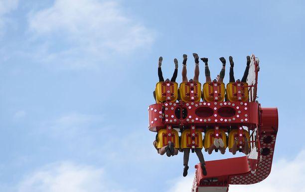 Oktoberfest-alueella on myös huvipuistolaitteita.