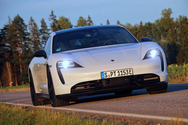 Porshce Taycan Turbo S tarjoilee hurjan kiihtyvyyden. Ajoautomme oli erikoisluvalla Saksan kilvissä Suomen teillä.