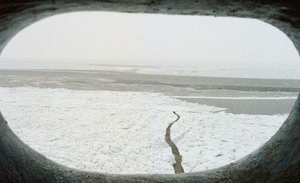 Perämerta jäänmurtajan ikkkunasta nähtynä.