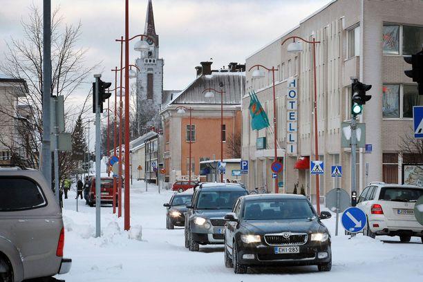 Mielenterveysongelmainen murhasyytetty surmasi naisen ja kuristi toisen tajuttomaksi Raahen keskustassa. Kuva on Kirkkokadulta.