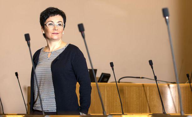 Oululainen paikallispoliitikko Riikka Moilanen (kesk) sanoi huonosti valitun sanan, epäonnistui anteeksipyynnössä ja sai some-raivolynkkauksen jälkeen pikapotkut sote-yhtiön johdosta.