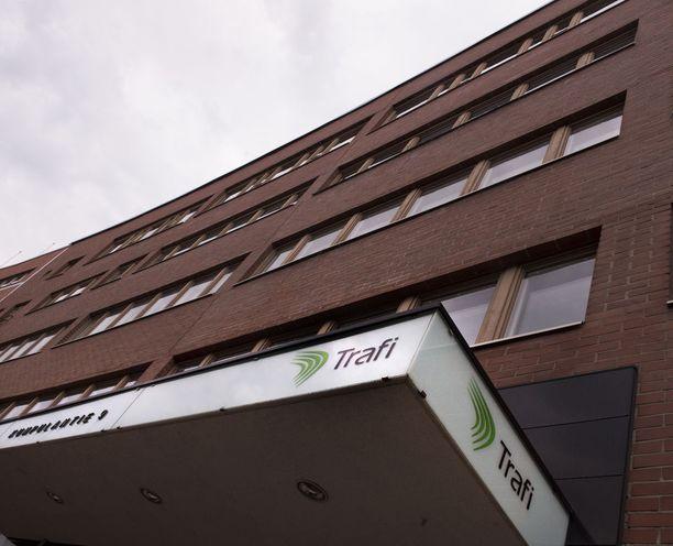 Viranomaisista esimerkiksi Liikenteen turvallisuusvirasto Trafi myi viime vuonna kansalaisten henkilötietoja noin kahdella miljoonalla eurolla esimerkiksi autoliikkeiden käyttöön.
