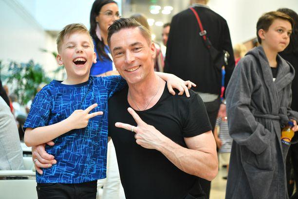 Salatut elämät -sarjasta tuttu Sami Uotila viihtyi lavalla Amos-poikansa kanssa.