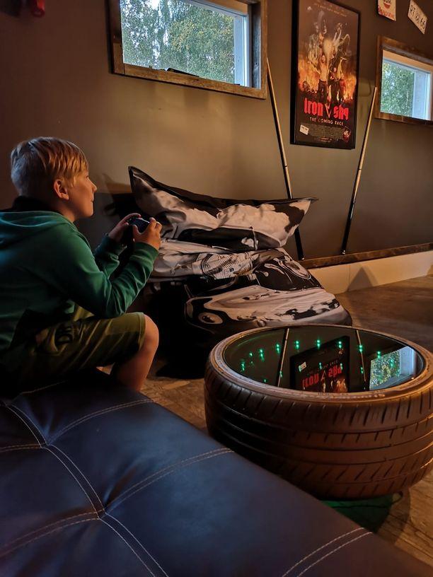 Veeti-poika pelailee äijäluolassa mieluusti pelikonsolilla.