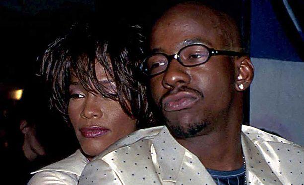 Whitney Houstonin ja Bobby Brownin rakkauselämä oli rajua, riitaista ja intohimoista. Kuvassa pariskunta Versacen muotinäytöksessä vuonna 1998.
