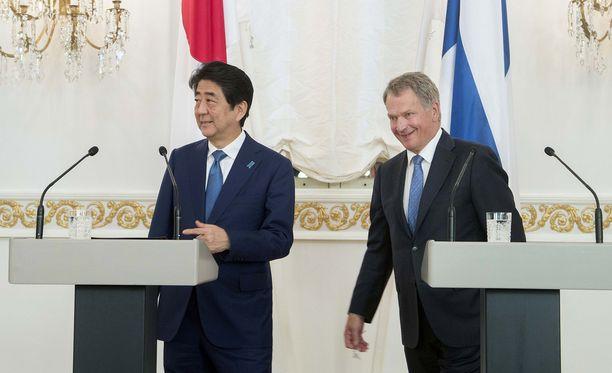 Japanin pääministeri Shinzo Abe nauratti yleisöä hänen ja presidentti Sauli Niinistön lehdistötilaisuudessa Helsingissä.