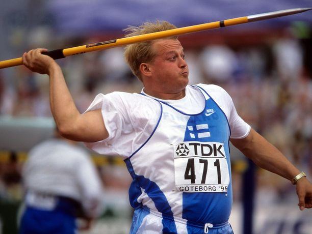 Seppo Räty kiskaisi hirmutuloksen vuonna 1991. Kuva Göteborgin MM-kisoista vuodelta 1995.