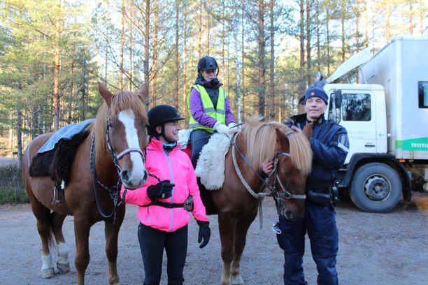 Maanantaina mukana etsinnöissä oli kaksi ratsukkoa. Kuvassa Päivi Manninen (vas.) ja Jenni Hakulinen sekä vanhempi konstaapeli Heikki Hokkanen.