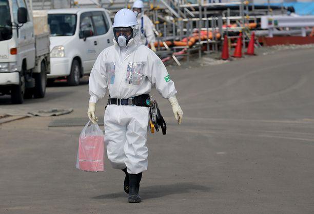 Työntekijät seuraavat säteilytasoja tarkasti Fukushiman laitoksella. Onnettomuudesta tuli kuluneeksi viisi vuotta 11. maaliskuuta.