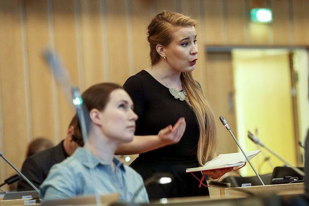 Iiris Suomela on kuvassa istuvan Sanna Marinin tavoin ponnistanut eduskuntaan Tampereelta. Valtuuston pikkujoulut eivät olleet mukavat, hän sanoo.