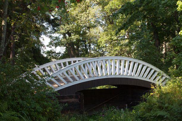 Monrepos'n puiston kaarisillat muistetaan Annikki Tähden laulusta. Alkuperäiset sillat purettiin huonokuntoisina. Vuosina 1998 ja 2001 Pro Monrepos -yhdistys sekä Tampereen ammattikorkeakoulu rakensivat puistoon kaksi uutta kaarisiltaa vanhan mallin mukaisesti.