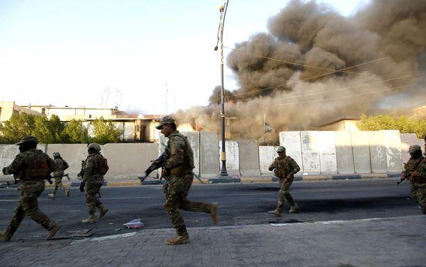 Bagdadissa tunnistamattomiksi jääneet henkilöt ampuivat kranaatteja niin sanotulle Vihreälle kaistaleelle perjantaina. Alueella on muun muassa hallinnon rakennuksia sekä suurlähetystöjä.