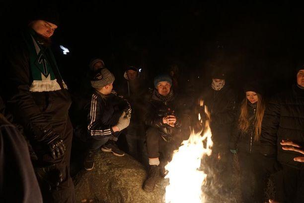 Vaikka mielenosoituksessa oli etukäteen kielletty tunnukset, joillakin paikalla olleilla oli päällään Pohjoismaisen Vastarintaliikkeen tunnuksia.