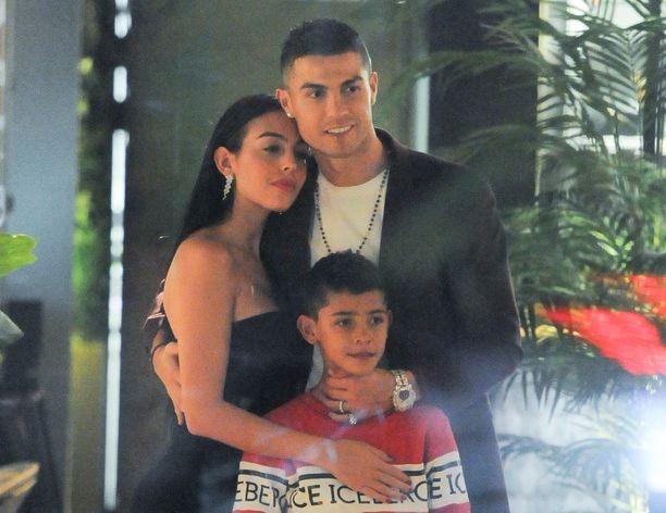 Georgna Rodriguez, Cristiano Ronaldo ja Cristiano Ronaldo Jr illastivat Lontoossa.
