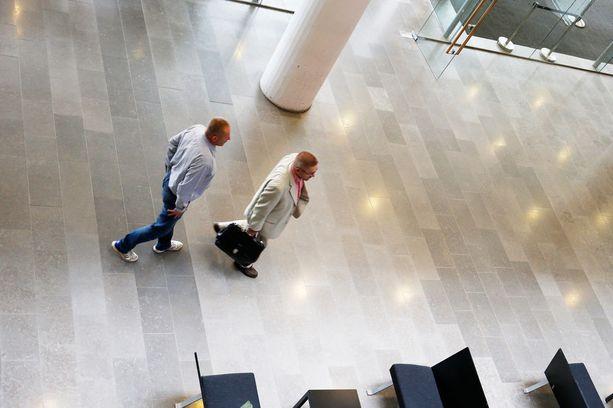 Keijo Vilhunen (vasemmalla) poistui oikeustalolta välittömästi asianajajansa Markku Fredmanin seurassa perjantaina 13. heinäkuuta 2017.