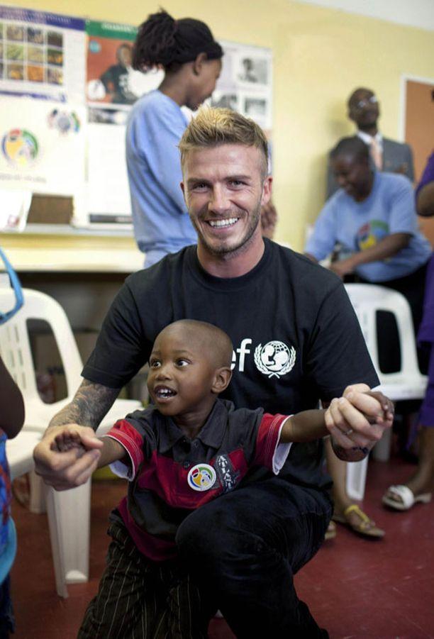David Beckham toivoo lahjojen sijaan lahjoituksia Unicefin kampanjaan.