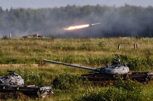 Venäläisiä T-80-taistelupanssarivaunuja näytöksessä Moskovan lähellä kesäkuussa. Taustalla uusi Tornado-G-raketinheitinjärjestelmä, jollaisia on otettu juuri käyttöön Venäjän läntisessä sotilaspiirissä.