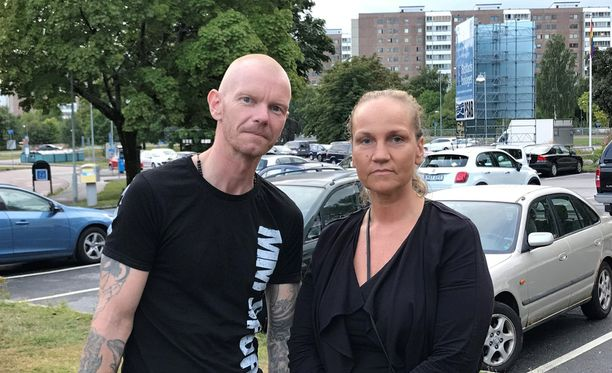 Tomas Henriksson näki, kun nuoret sytyttivät autoja tuleen parkkipaikalla. Hän kuuli kovan pamauksen ja näki ihmisten juoksevan. Hän puhui tuolloin puhelimessa Anneli Faltinin kanssa.