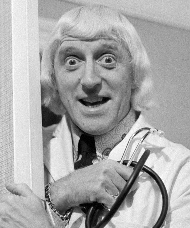 Vuonna 1972 otetussa kuvassa Jimmy Savile on käymässä vapaaehtoisena sairaalan potilaita katsomassa