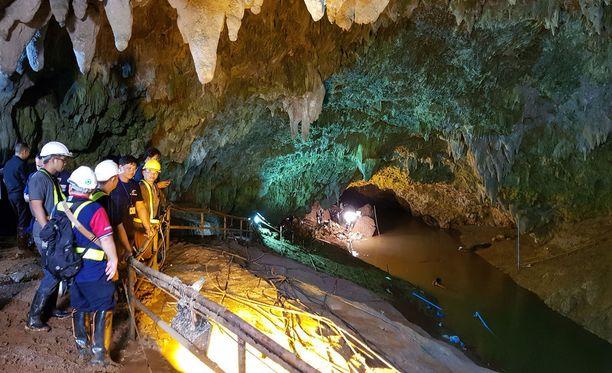 Kuva thaimaalaisesta luolasta etsintöjen alusta.