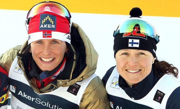 Marit Björgen (vas.) ja Aino-Kaisa Saarinen kilpailivat samoissa mittelöissä lähes koko 2000-luvun.