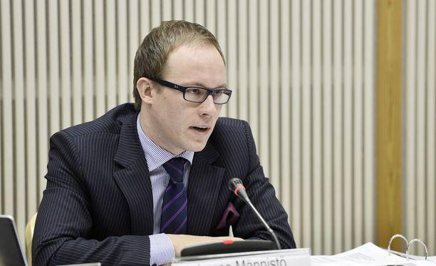 Lasse Männistö kertoi matkan keskeyttäneestä pommiuhkasta Facebookissa.