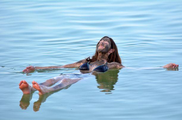 Suolapitoinen Kuollutmeri kelluttaa hyvin. Sen mineraalipitoisen mudan uskotaan kaunistavan ihoa.