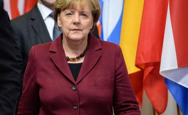 Merkel oli kutsunut eiliseen tapaamiseen maita, jotka suhtautuvat myönteisesti pakolaisten siirtoon. Suomen ja Saksan lisäksi mukana olivat Ruotsi, Itävalta, Hollanti, Belgia, Luxemburg ja Kreikka.