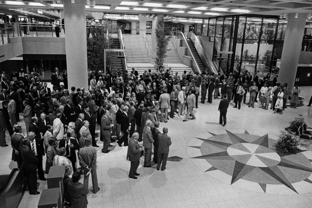 Metron avajaistilaisuuden vieraita. Helsingin kaupunki oli kutsunut metron avajaistilaisuuteen yli 500 vierasta, muun muassa kaupungin virka- ja luottamushenkilöitä, metroa rakentaneiden yritysten edustajia ja ulkomaisia vieraita.