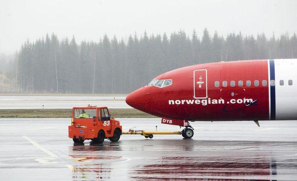 Halpalentoyhtiö Norwegianin hyvitykset myöhästyneestä lennosta eivät tyydyttäneet tympääntynyttä matkustajaa.