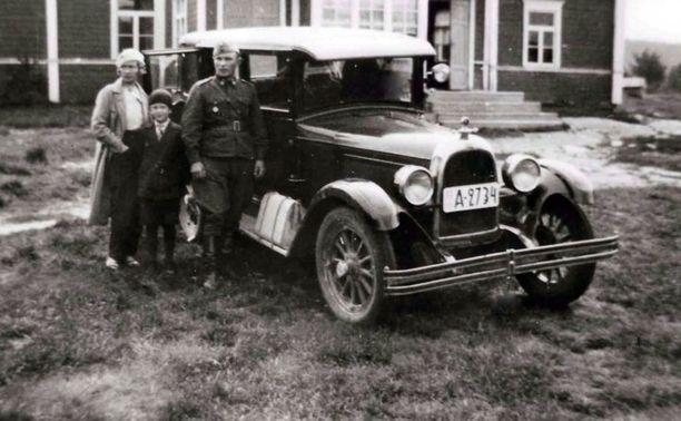 Pentikäisellä oli allaan amerikkalainen Whippet-henkilöauto, joka vetosi naisiin. Kuvassa on uniformuun pukeutunut Pentikäinen kuvattuna perheensä yhteisellä autoretkellä.