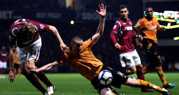 Hammersin Radislav Kovac joutui pysäyttämään Wolvesin David Jonesin rugby-tyyliin.