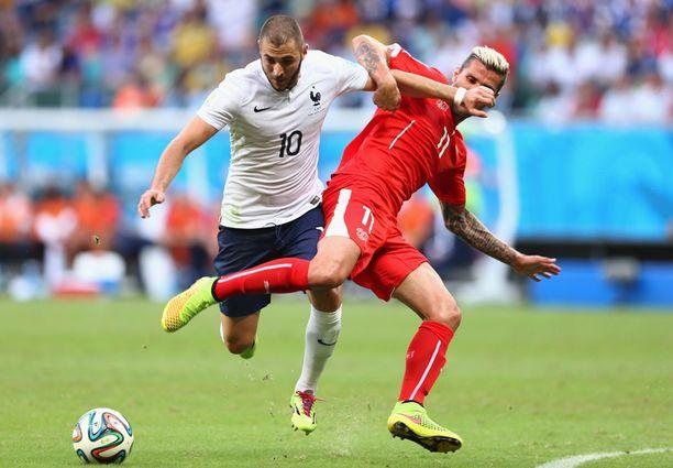 Ranskan Karim Benzema (vas.) ja Sveitsin Valon Behrami.
