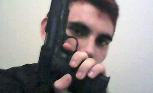 Epäilty oli yksinäinen asekiihkoilija ja julkaisi sosiaalisessa mediassa useita kuvia, joissa poseerasi käsiaseiden kanssa.