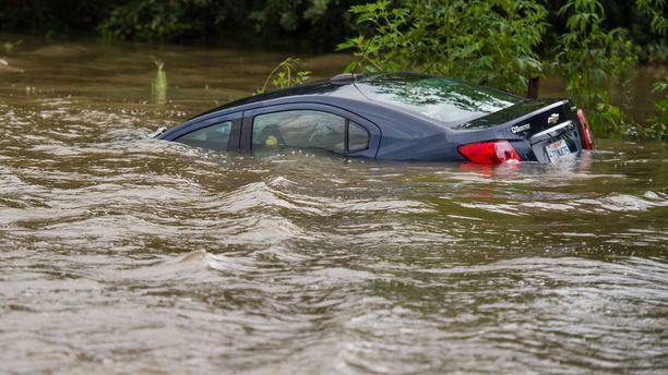 Vesi vei auton. Kuva Youngsvillen kaupungista viime sunnuntailta.