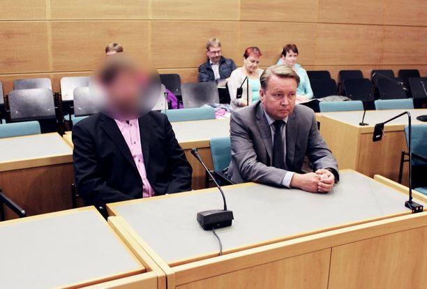 Syytetty 64-vuotias lääkäri on jo jäänyt eläkkeelle. Vierellä lääkärin asianajaja Tero Lakka.