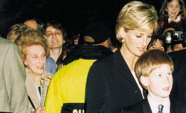 Elton John kertoi BBC:llä prinssi Harryn ja prinsessa Dianan yhteneväisyydestä. Kuvassa äiti ja poika Lontoossa joulukuussa 1996 Riverdance-esityksen jälkeen.